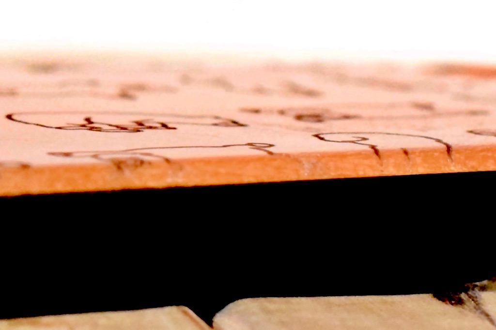 早起きしたクマが彫刻された木製スマホケース