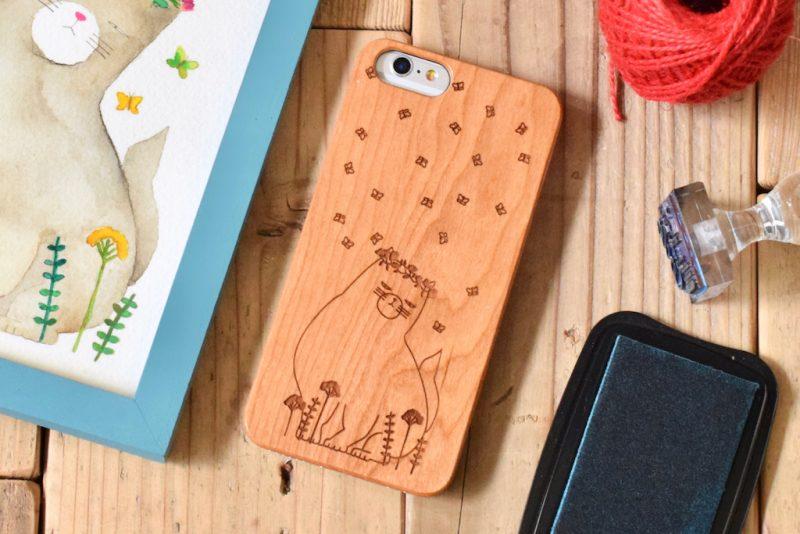 ふてネコを彫刻した木製スマホケース
