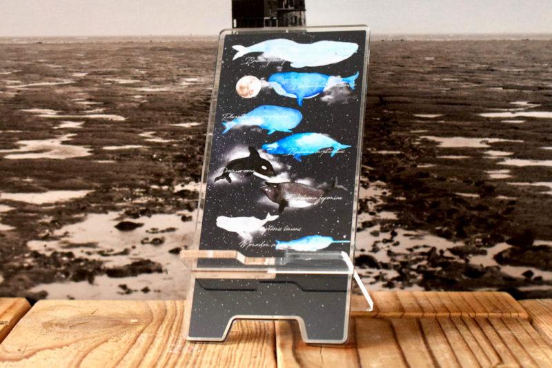 宇宙を泳ぐクジラに想いを馳せるアクリルスマホスタンド