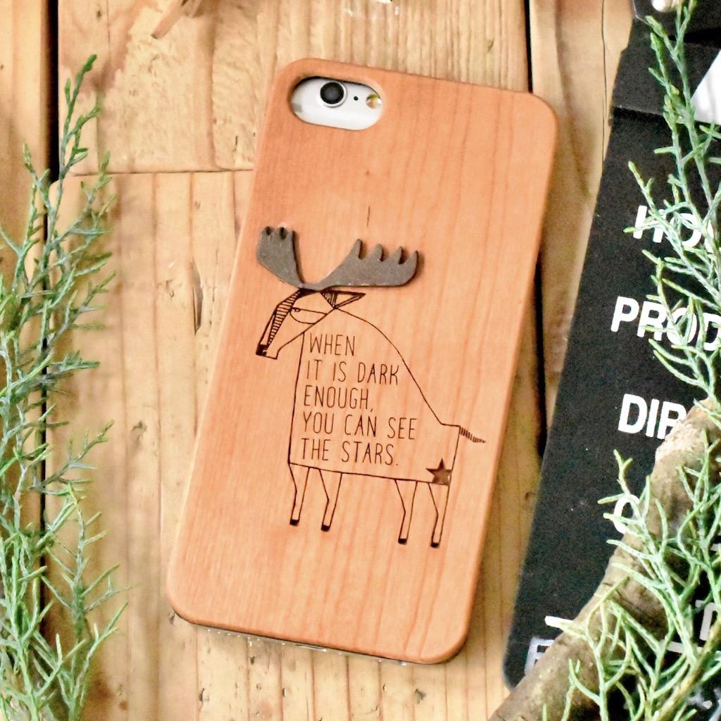 ヘラジカが詩を詠む木製スマホケース